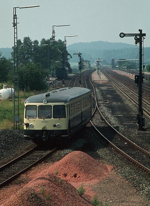 Blick vom östlichen Stellwerk auf die Ausfahrt des 515 023-0 nach Nördlingen