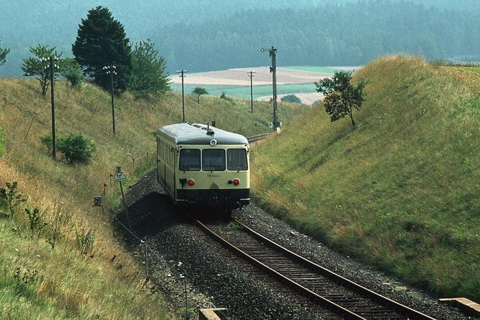 Blick vom östlichen Stellwerk auf den ausfahrenden Triebwagen
