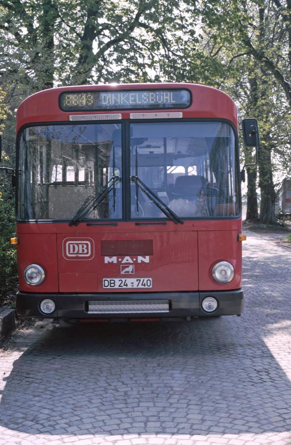 Bahnbus am Zufahrtsweg zur Güterhalle in DKB