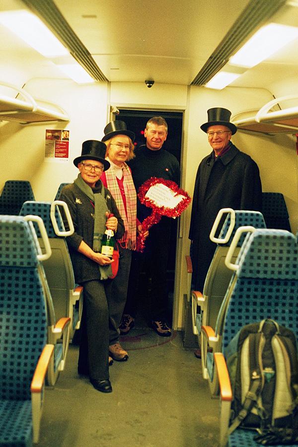 Reisende im ersten S-Bahnzug am 10.12.17 aus Leutershausen