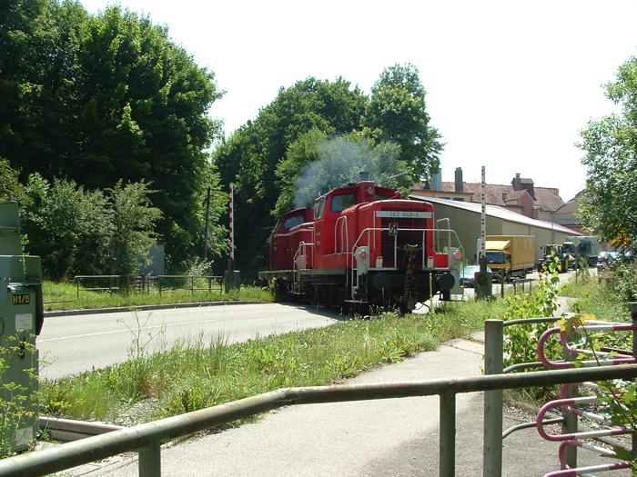 V100 1365 und 362 848-4 am BÜ in Dinkelsbühl 31,8