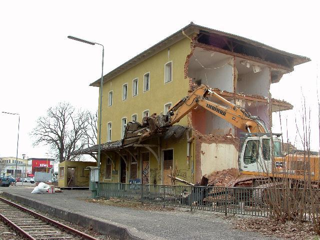 Das Bahnhofsvordach wird abgerissen