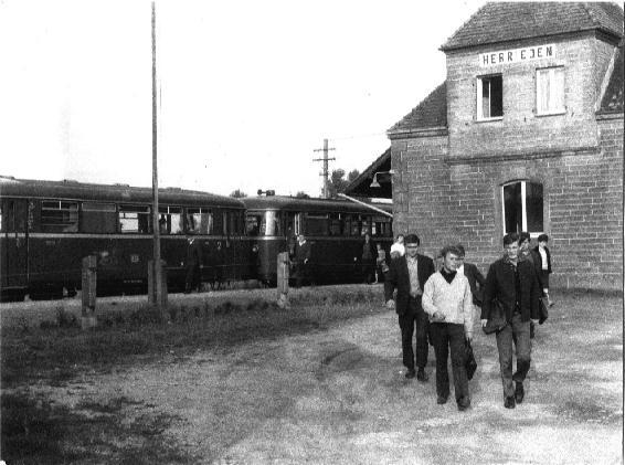 Schüler am Bahnhof Herrieden