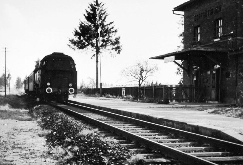Dampflok BR 64 mit Personenzug um 1960 in Dorfgütingen