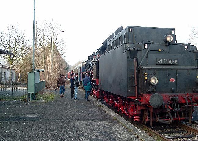 Letzter Zug vor dem Bahnhofsgebäude am 7.1.2013