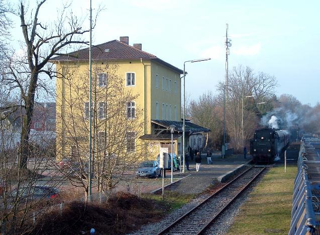 Letzter Zug hält am Bahnhofsgebäude 7.1.2013