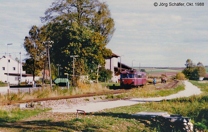Vt 98 verlässt den Bahnhof Fremdingen in Richtung Dinkelsbühl - Museumsbetrieb 1988