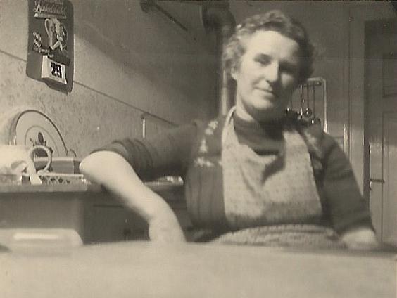 Frau Grimm in ihrer Dienstwohnung