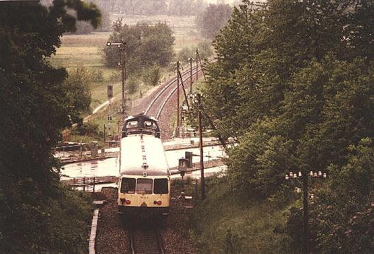 212 mit 515 am Bahnübergang Feuchtwanger Straße