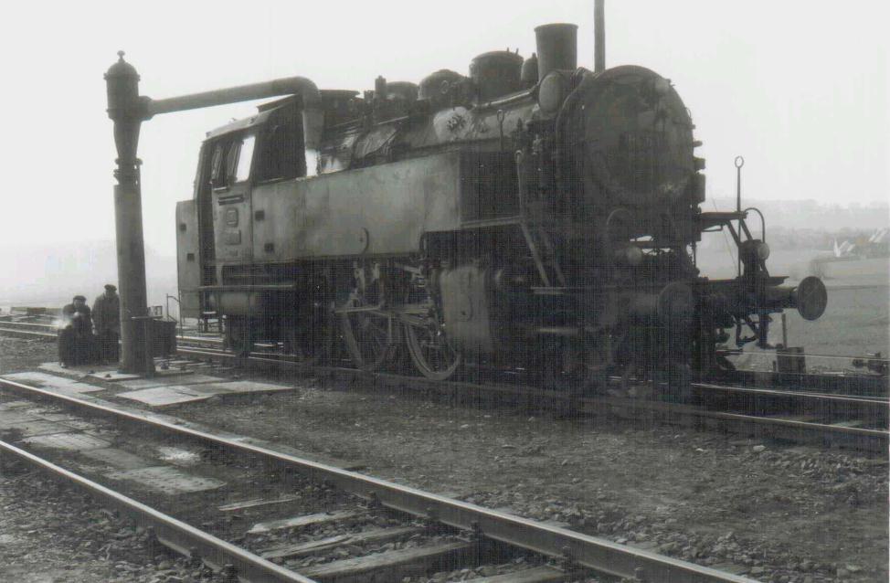 64 507 beim Wasserfassen in Dombühl um 1963/64