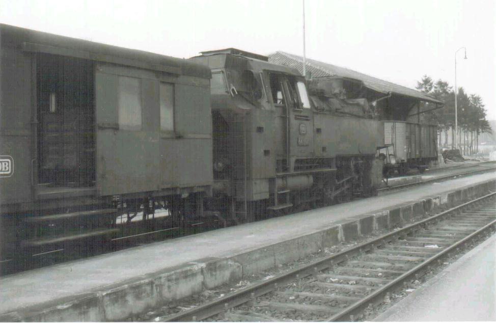 64 507 abfahrbereit auf damaligem Gleis 1 in Dombühl um 1963/64