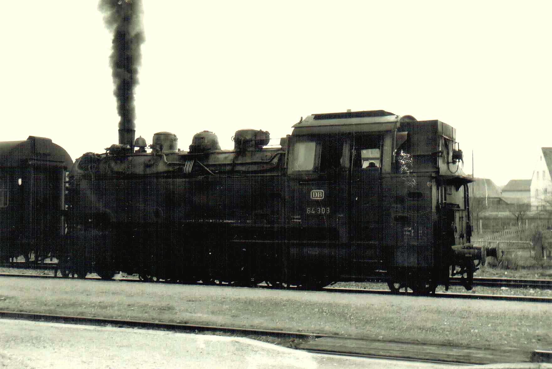 64 303 abfahrbereit Gleis 2 Feuchtwangen nach Dombühl 1963/64