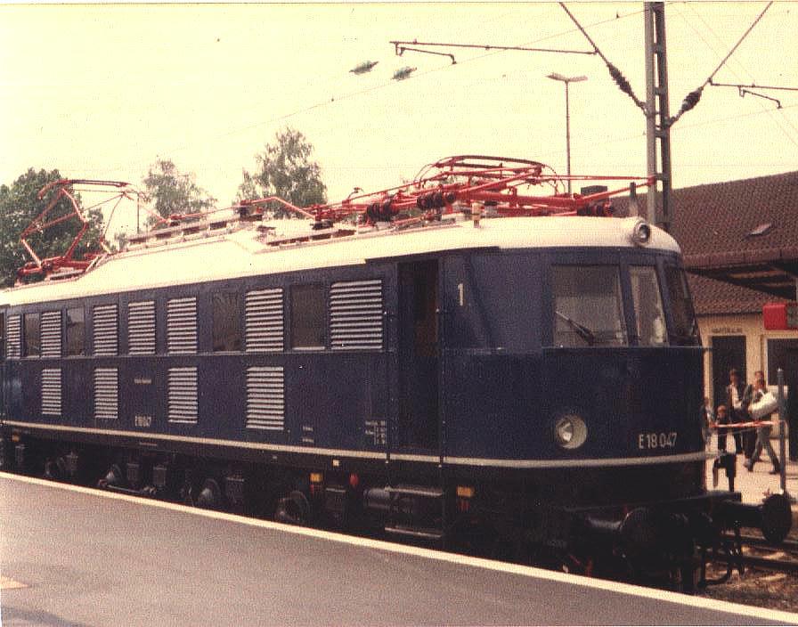 E 18 047 auf Gleis 3 in Crailsheim Mai 1985