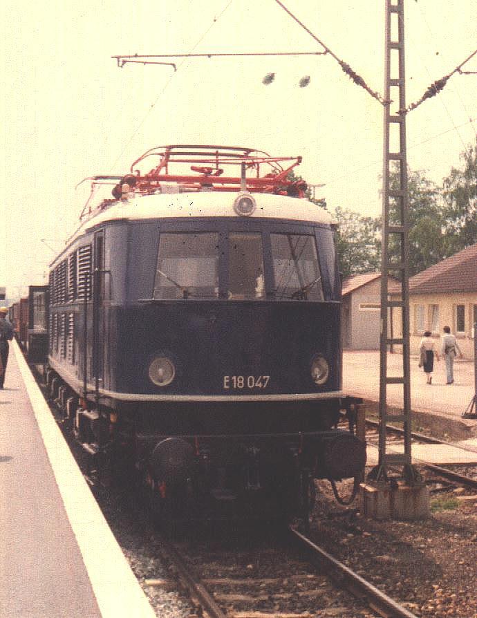 "E 18 047 vor ""Frankenkurier"" in Crailsheim Mai 1985"
