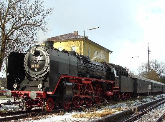 01 066 mit Sonderzug abfahrbereit in Richtung München - 18.12.04