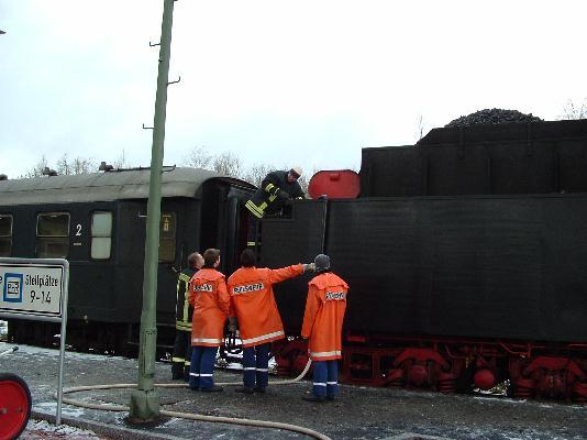 Dinkelsbühler Feuerwehr füllt den Tender der 01 066