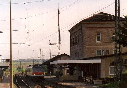 218er mit Wendezug auf Gleis 1 in Steinach - Sommer 2001