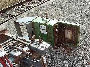 Stellwerksteile am Bahnsteig