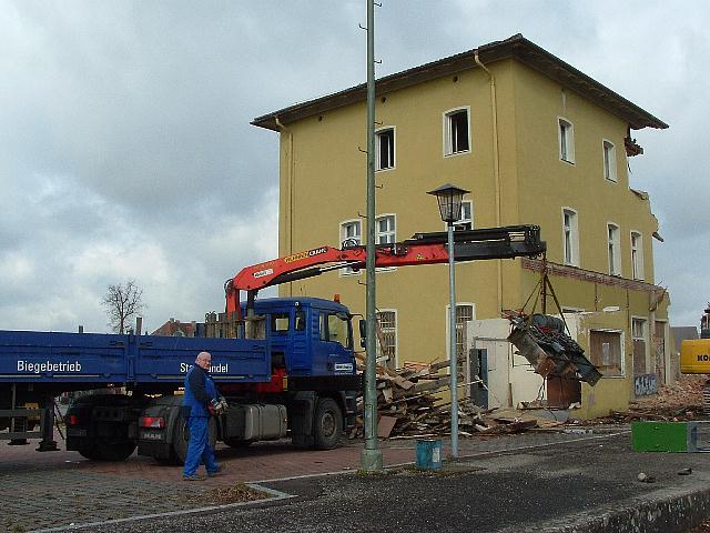 LKW der Firma Eisen-Fischer aus Nördlingen übernimmt