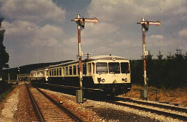 515er fährt auf Gleis 2 ein