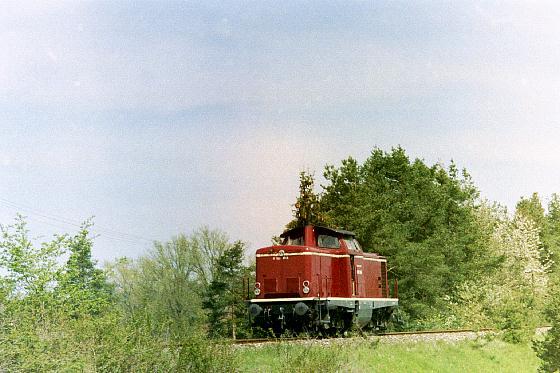 V 100 1365 im Frühjahr 2004 auf der Fahrt nach Dorfgütingen in Höhe des Kaltenbroner Weihers