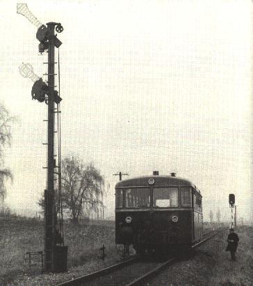 VT 98 wartet am nördlichen Einfahrtsignal v. Feuchtwangen - 31.12.71